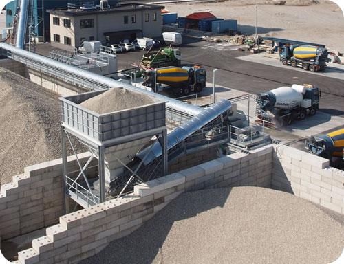 Betoncentrale met betonvrachtwagens